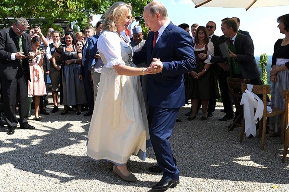 Владимир Путин танцует министром иностранных дел Австрии Карин Кнайсль на ее свадьбе в Гамлице, Австрия, 18 августа 2018 года.