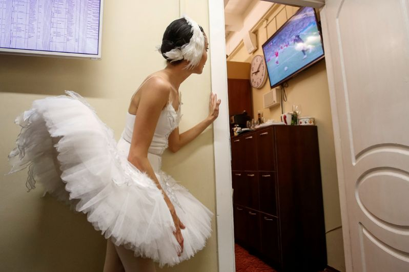 Балерина смотрит трансляцию четвертьфинального матча ЧМ между Россией и Хорватией в Михайловском театре, Санкт-Петербург, 7 июля 2018 года.