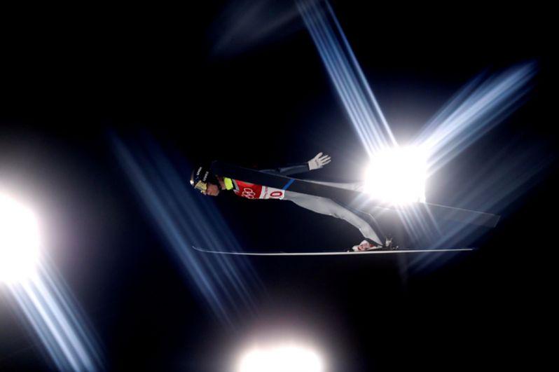 Россиянин Алексей Ромашов выполняет прыжок с трамплина на зимних Олимпийских играх в Пхенчхане, Южная Корея, 17 февраля 2018 года.