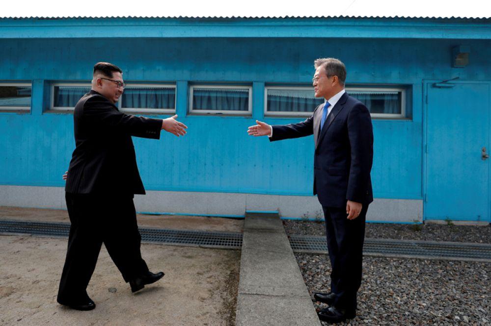 Президент Южной Кореи Мун Джэин и лидер Северной Кореи Ким Чен Ын во время исторической встречи в поселке Пханмунджом в демилитаризованной зоне между двумя странами, 27 апреля 2018 года.