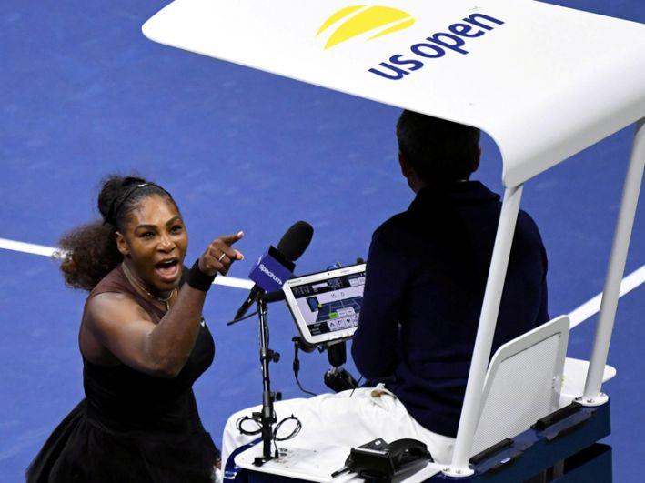 Американская теннисистка Серена Уильямс кричит на судью Карлоса Рамоса в финале US Open в Национальном теннисном центре имени Билли Джина Кинга, Нью-Йорк, 8 сентября 2018 года.