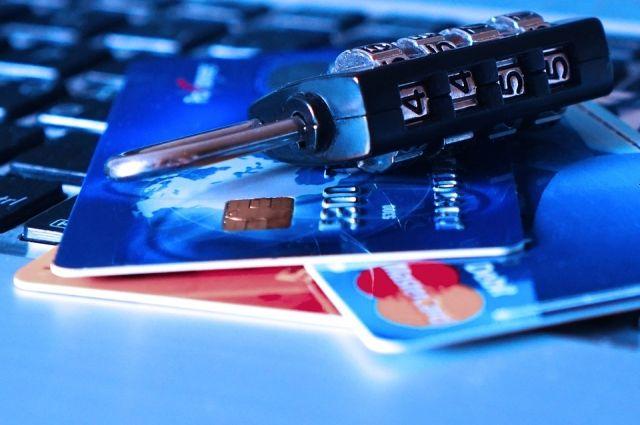 Кассир гипермаркета похищал пароли от банковских карт тюменцев