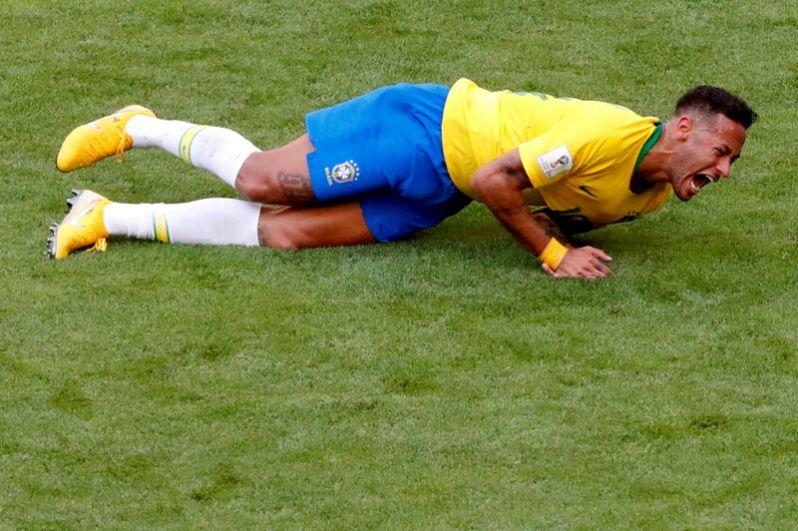 Бразильский футболист Неймар лежит на поле после получения травмы в матче чемпионата мира по футболу против Мексики на стадионе в Самаре, 2 июля 2018 года.