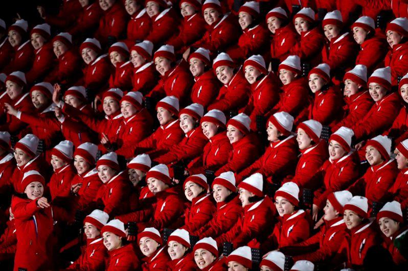 Северокорейские болельщицы перед началом церемонии открытия зимних Олимпийских игр в Пхенчхане, Южная Корея, 9 февраля 2018 года.