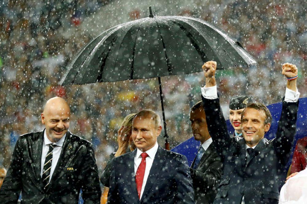 Президент ФИФА Джанни Инфантино, президент России Владимир Путин и президент Франции Эммануэль Макрон на закрытии чемпионата мира по футболу на стадионе «Лужники» в Москве, 15 июля 2018 года.