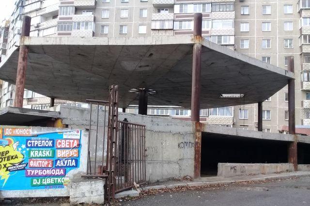 Брошенная автопарковка строилась без разрешения и согласования с властями.
