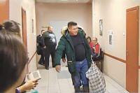 В день оглашения приговора Пётр Пьянков пришёл в суд в валенках и с большой сумкой, где лежали вещи и подарки сокамерникам.