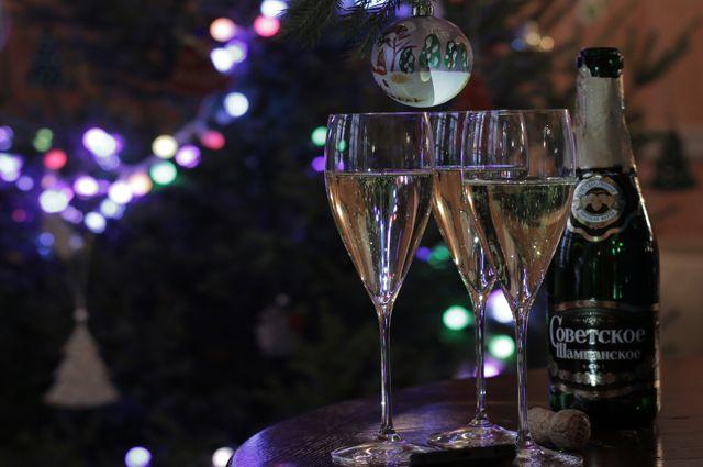 Шампанское в новогоднюю ночь пьют большинство россиян.