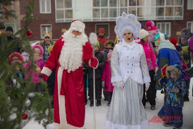 Дед Мороз и Снегурочка на празднике.