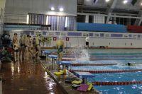 Днём в бассейне занимаются школьники.