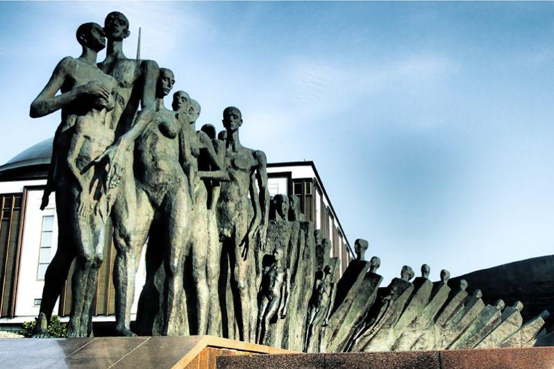 Скульптурное оформление мемориального комплекса на Поклонной горе в Москве. Это и Монумент Победы, и статуя Георгия Победоносца у его подножья и композиция «Трагедия народов» в память о жертвах фашистского геноцида.