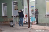 В детской больнице очередь из посетителей.