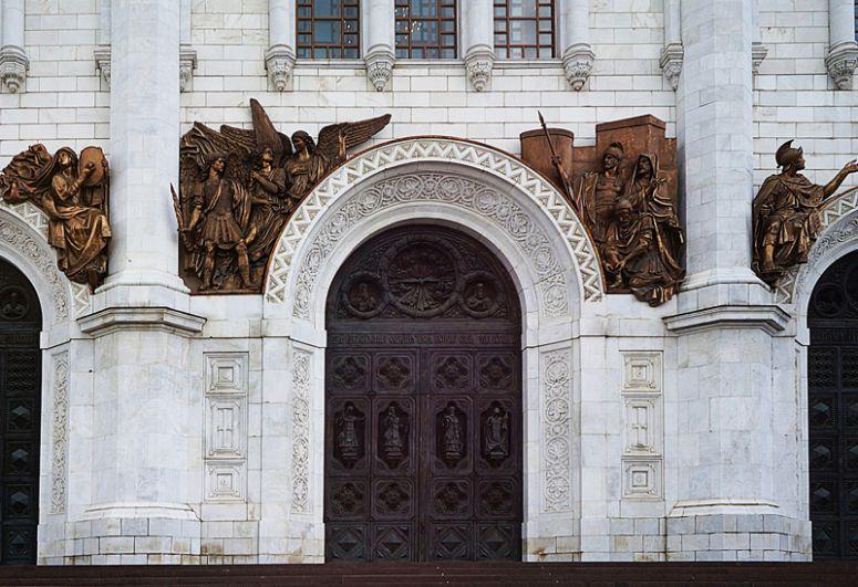 В 1995-2000 годах Церетели участвовал в работе над воссозданием храма Христа Спасителя в Москве.