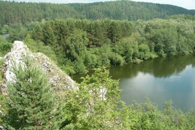 Лес, вода и причудливые скалы формируют пейзаж Нязепетровского района.