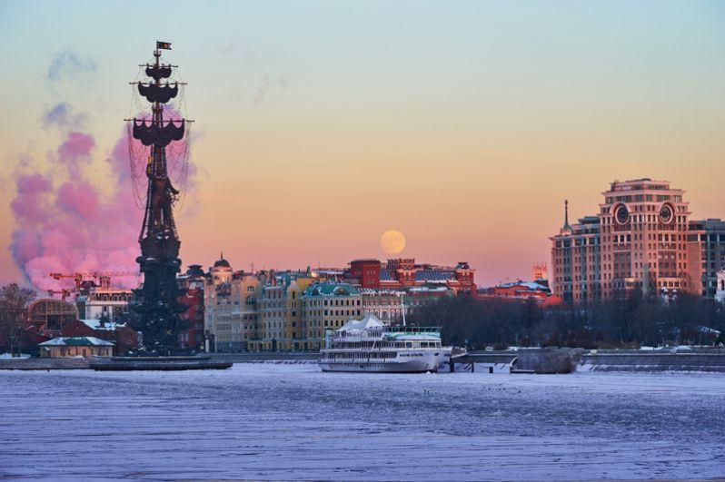 Памятник Петру I в Москве (официально называется «В ознаменование 300-летия российского флота»). Это один из самых высоких памятников в России. Был открыт в 1997 году в рамках масштабного празднования 850-летия Москвы и вызвал массу критики в свой адрес.