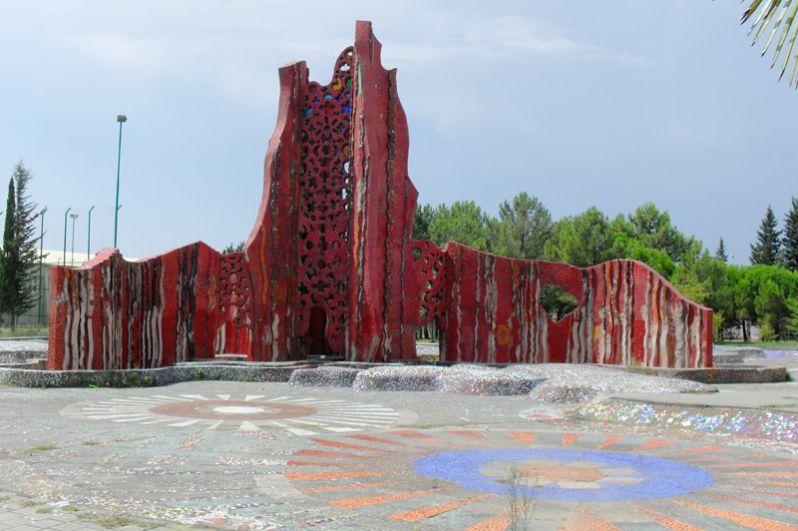 За оформление детского бассейна в курортном городке ВЦСПС в Адлере он получил в 1976 году Лениннскую премию.