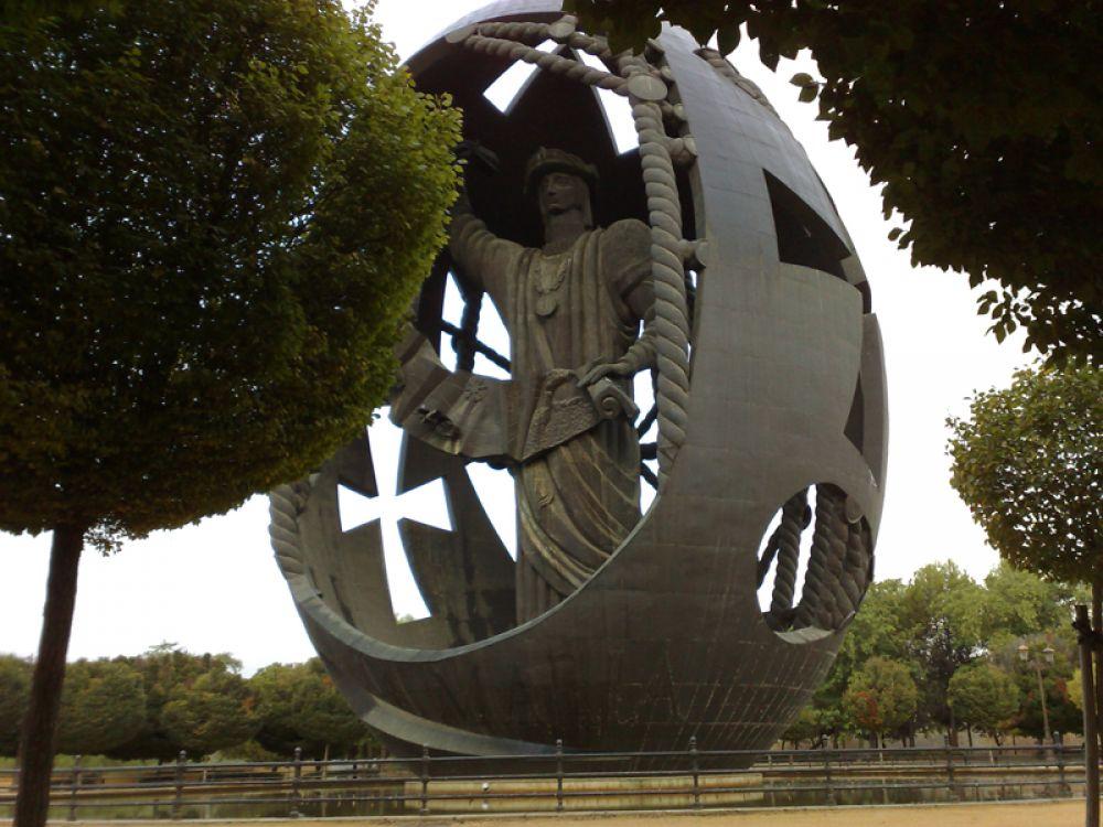 «Рождение Нового Человека» в Севилье. Памятник посвящен Христофору Колумбу и установлен в Испании, откуда его корабли отправились на поиски нового пути в Индию.