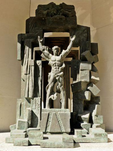 Монумент «Разбейте стену недоверия» в Лондоне. Памятник посвящен окончанию холодной войны. Монумент на ту же тему под названием «Добро побеждает зло» установлен перед штаб-квартирой ООН в Нью-Йорке.
