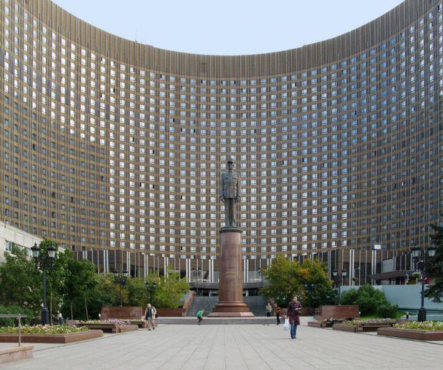 Памятник генералу Шарлю де Голлю рядом с гостиницей «Космос» в Москве. Монумент был торжественно открыт в 2005 году, на церемонии присутствовали президенты России и Франции Владимир Путин и Жак Ширак, а также  французские ветераны Второй Мировой войны.