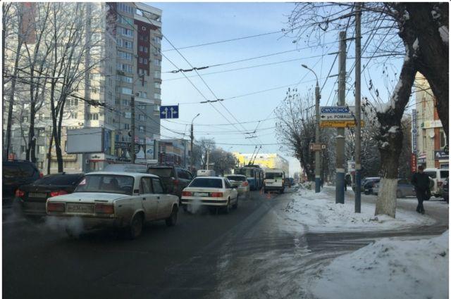 В Советском районе Брянска маршрутка угодила в ДТП возле автовокзала.