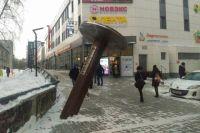 Необычный памятник неизменно вызывает интерес у новосибирцев.