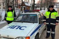 Автоинспекторы не проехали мимо чужой беды и помогли ребёнку.