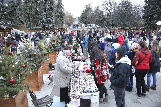 В Пятигорске появился новогодний сказочный городок.