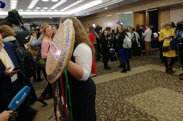 Журналисты с бубном и в папахе ждут начала пресс-конференции Путина