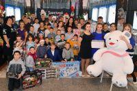 Воспитанники Тарского детского дома с радостью встретили Деда Мороза и Снегурочку.