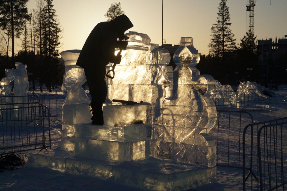 По словам ледового скульптора Михаила Крюкова, он и его команда стоят городок в Нягани уже третий год подряд