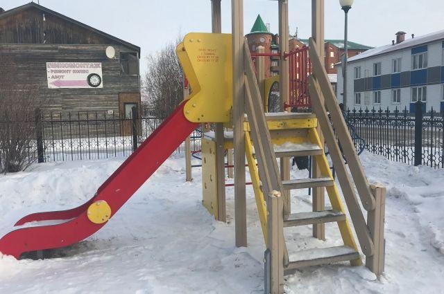 Прокуратура помогла жителям поселка Московский получить детскую площадку