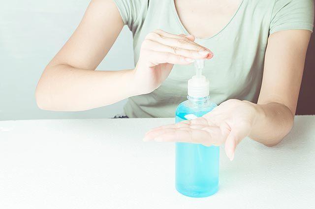Убьем все живое. Чем опасны антисептические гели, спреи и салфетки для рук?