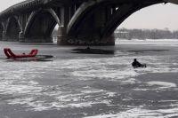 Vужчина упал возле второй опоры моста.