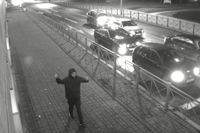 Неизвестный мужчина разбил окно в здании администрации Калининграда.