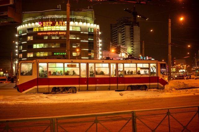 Трамвайное движение остановилось из-за застрявшего на путях автобуса.