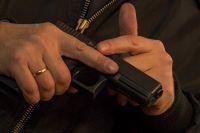 Оружие мужчина приготовил сыну  в подарок.
