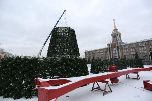 Несколько лет Площадь 1905 года в Екатеринбурге украшала искусственная ель.