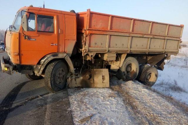 На трассе Оренбург–Казань иностранец на иномарке врезался в «КамАЗ»