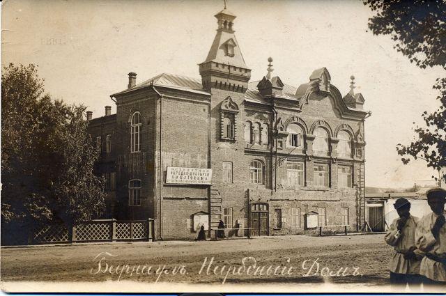 В здании Народного дома (ныне краевая филармония) любители театрального искусства давали спектакли до революции.