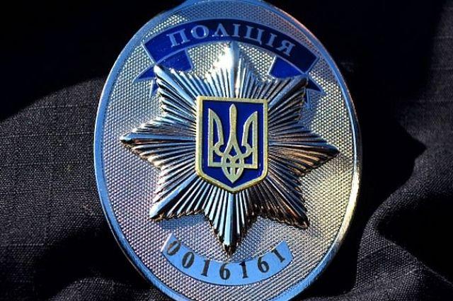 В Киеве полицейский набросился на 12-летнюю девочку и отобрал у нее телефон