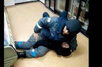 Охранник оказался сильнее и в результате дебошир оказался на полу. Так как он вёл себя агрессивно, то сотруднику компании пришлось удерживать нападавшего в таком положении до прибытия сотрудников полиции