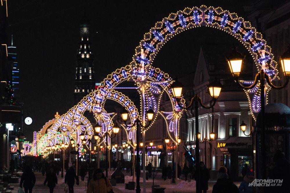 Улица Баумана осветилась празничной иллюминацией.