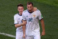 Александр Головин и Артем Дзюба радуются забитому пенальти в матче ЧМ между сборными Испании и России.