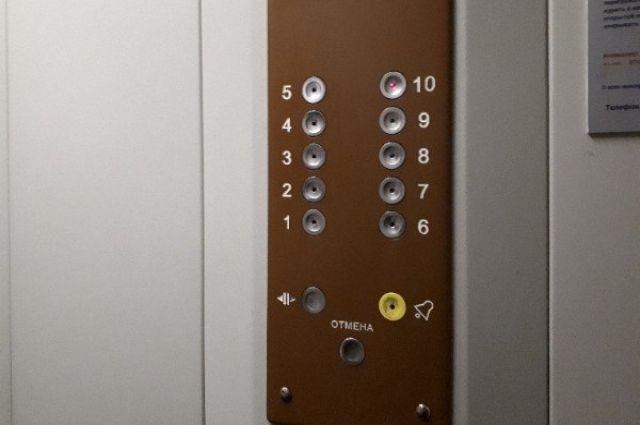 68-летняя женщина упала в шахту лифта в доме на улице Кронита, 4.
