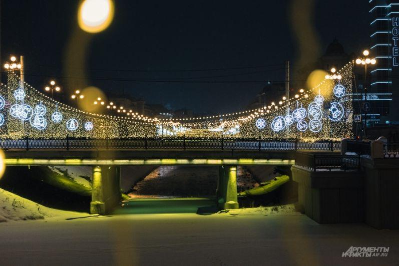 На всех мостах через Булак засверкают волшебные арки.