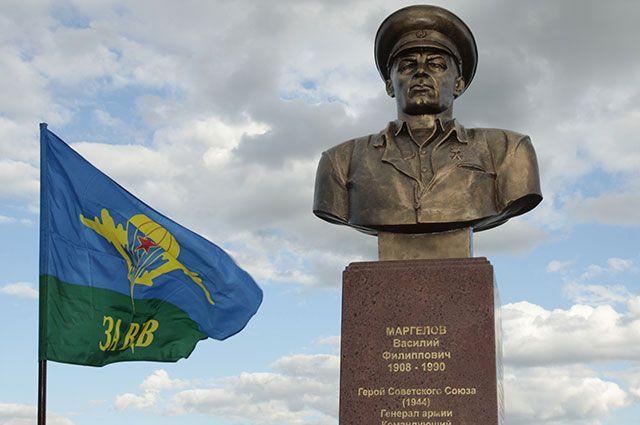 Памятник Василию Маргелову в Донецке.