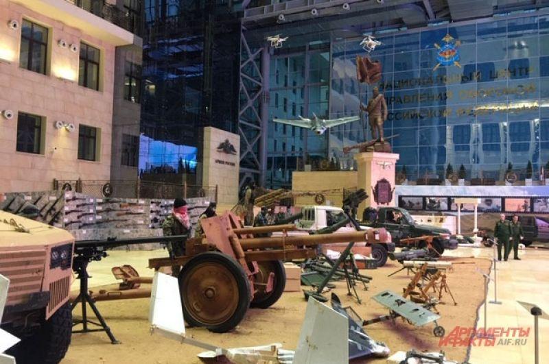 Выставка сирийских трофеев: столько вооружений под этой крышей еще не выставляли.