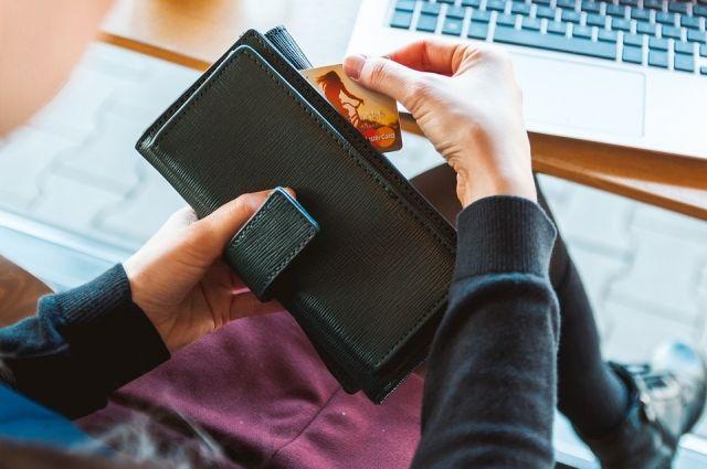 Омичка сообщила номер банковской карты и коды для подтверждения операций.
