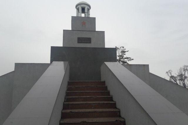 Мемориал жертвам восстания имеет весьма внушительный вид.