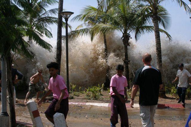 Число жертв цунами в Индонезии увеличилось до 43 человек photo
